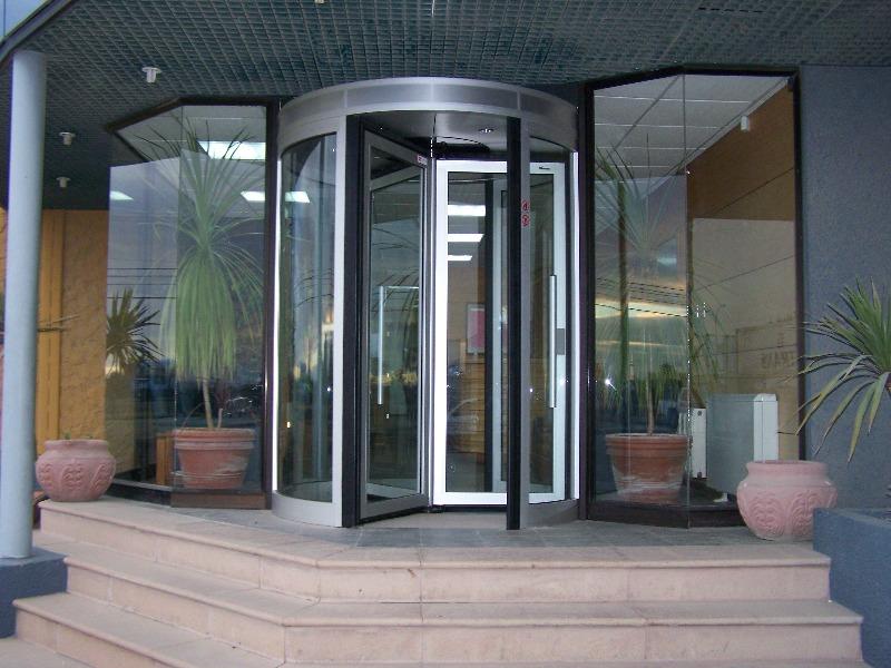 Mẫu cửa xoay tự động tăng vẻ đẹp sang trọng cho các công trình
